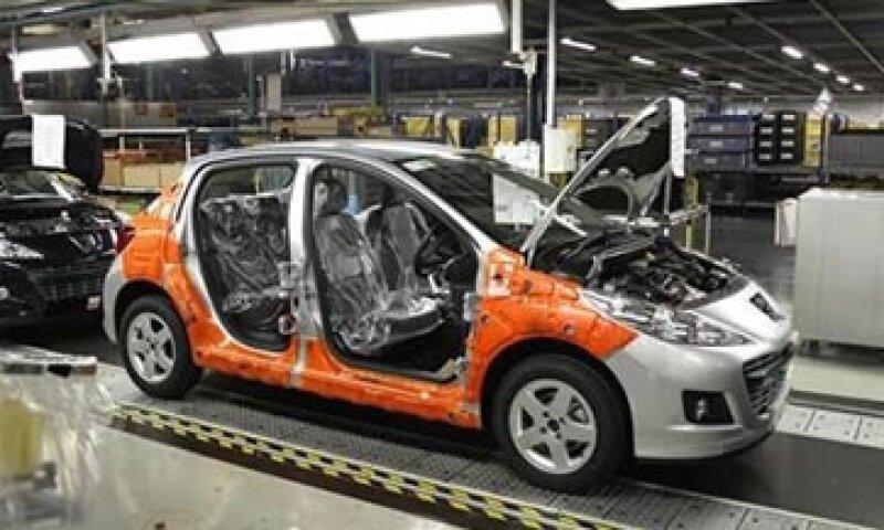 El Gobierno de Francia presiona a Peugeot para que liite sus despidos en ese país. (Foto: Reuters)