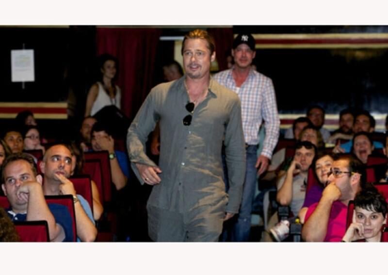 El guapo actor entró por sorpresa a la sala de cine en la que se transmitiría el pre estreno de su película, causando gritos y júblio entre los espectadores.