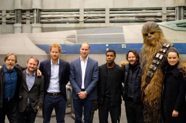 En su visita al set de grabación de Star Wars, los príncipes no pudieron evitar sucumbir ante los poderes del sable de láser. También convivieron con los actores de la saga.