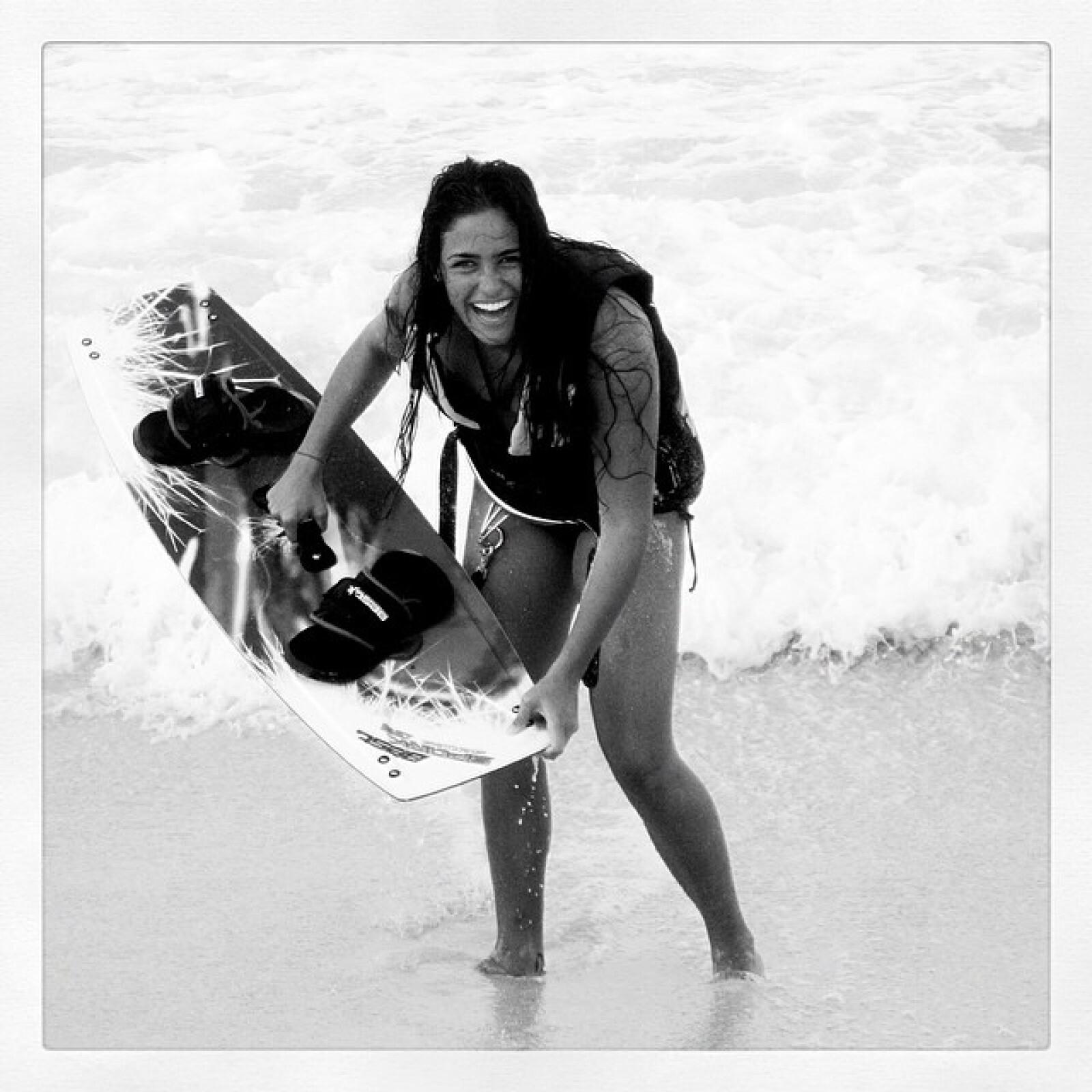 Cuando se trata del paddleboard, Alessandra domina las olas en Bora Bora.