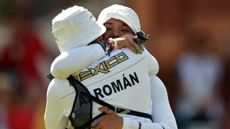 aida roman y mariana avitia se abrazan