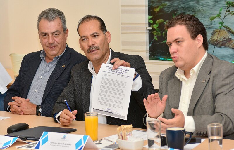 Martín Orozco Sandoval (centro) es aludido en tres audios presentados en un programa de noticias local sugiriendo que recibe apoyo del gobierno de Querétaro para su campaña.
