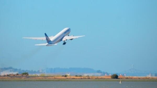 avion en el horizonte