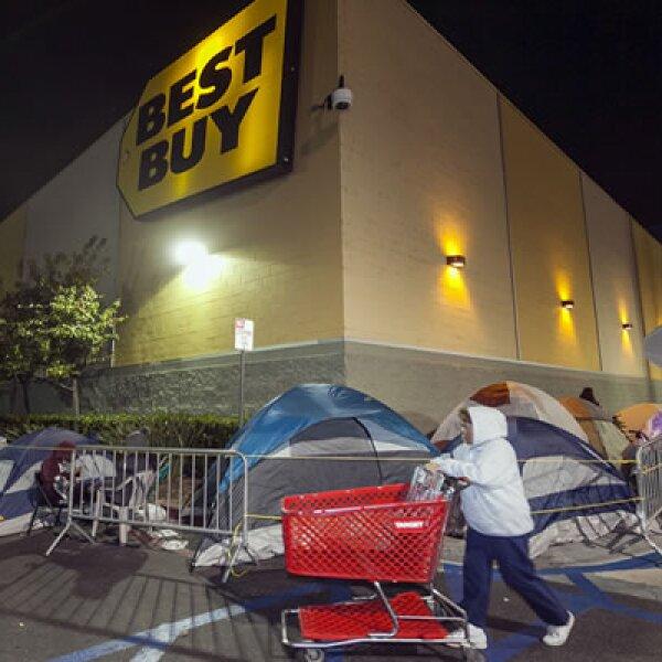 Los clientes de Best Buy acamparon desde un día antes para ser los primeros en entrar a las tiendas.
