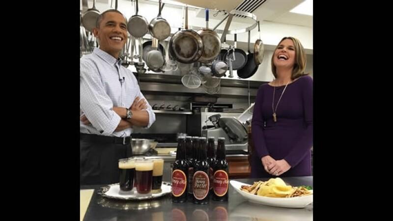 El presidente de Estados Unidos Barack Obama en la cocina de la Casa Blanca, junto a la periodista Savannah Guthrie de NBC