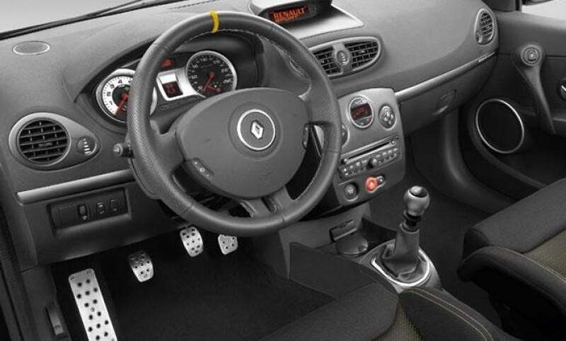 En el interior se encuentran las butacas con piel estilo Recaro, pedalera en aluminio y el pomo de la palanca de cambios RS.