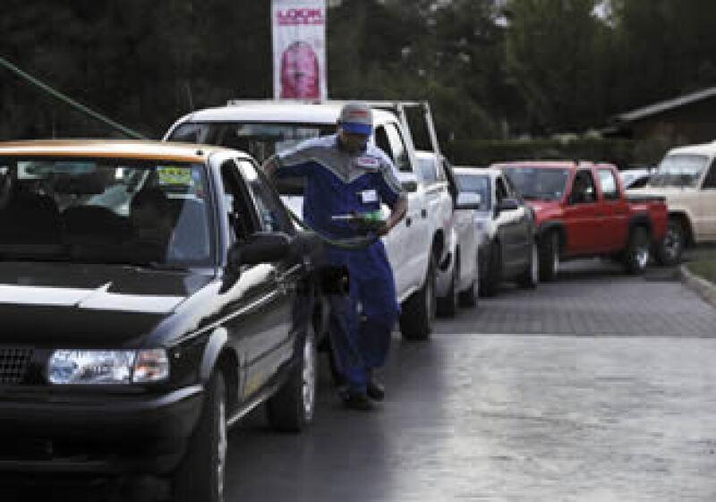 Luego del sismo se registran largas filas para conseguir combustible en Chile. (Foto: Reuters)