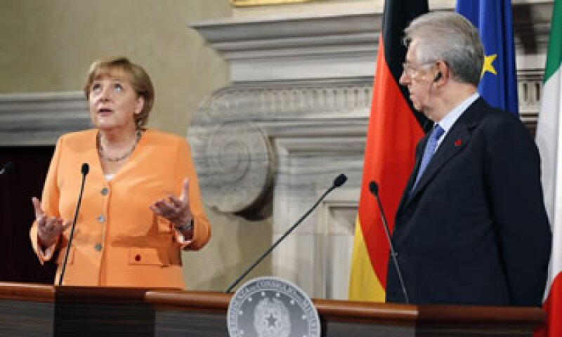 Monti (derecha) aceptó la invitación de Merkel (Izquierda) para visitar la capital alemana en la segunda quincena de agosto. (Foto: Reuters)