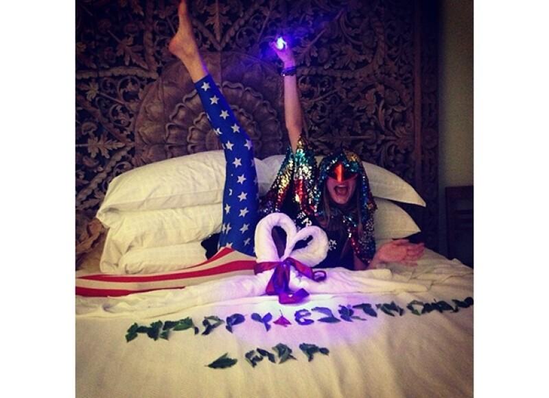 Cara compartió esta divertida foto en su Instagram, vestida peculiarmente y con un letrero hecho de hojas que decía `Feliz Cumpleaños Cara´.