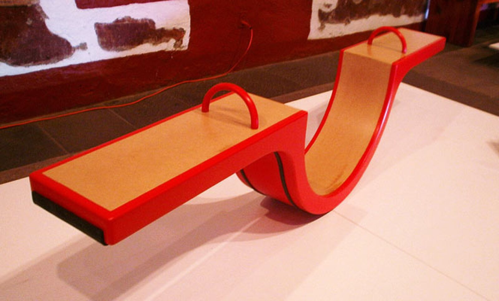 1.Bimbalete es un sube y baja hecho con MDF en un formato portátil ideal para jugar en interiores y exteriores. Diseño: Déborah Ireri Orozco Sánchez.
