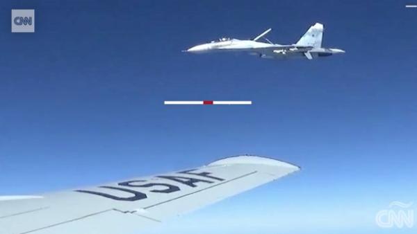 Así fue la intercepción de un avión de caza ruso a un jet estadounidense