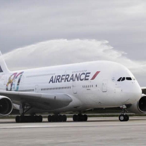 Autoridades federales y estatales, así como funcionarios de Asur, operadora del aeropuerto, participaron en el recibimiento del vuelo internacional París-Cancún.