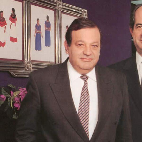 Carlos Slim Helú, presidente del consejo de administración de Telmex y Juan Antonio Pérez Simón, director general de Telmex en 1991.