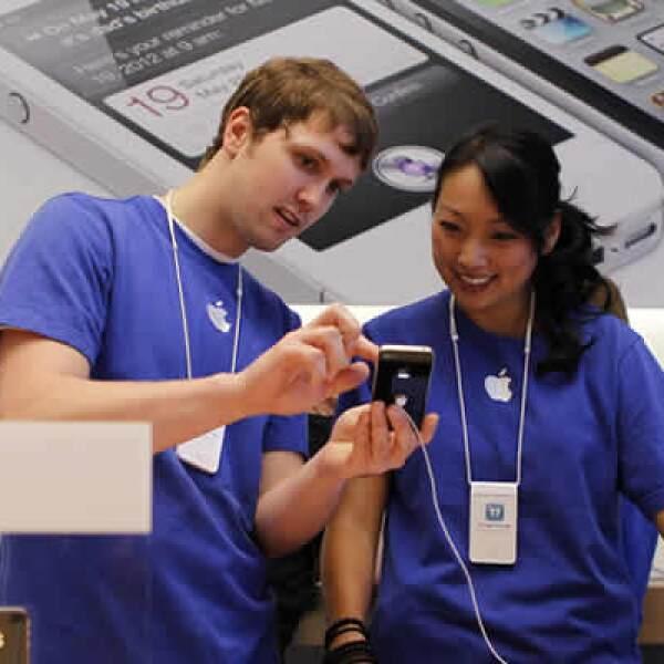 """Cuando se les preguntó cuál sería la primera función que usarían del iPhone 4S, Mosca contestó: """"Preguntar dónde está Steve"""", refiriéndose al software activado por voz """"Siri"""" que trae el teléfono."""