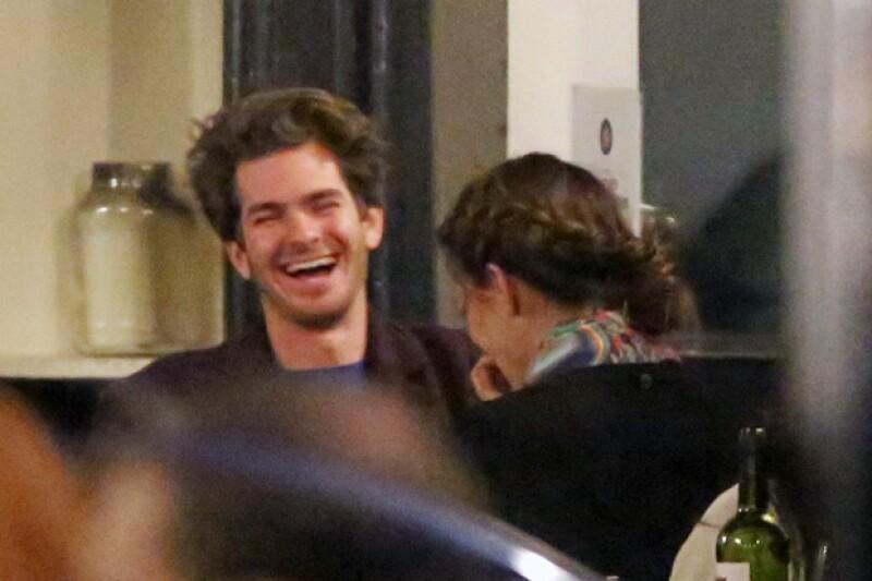 El actor de Spiderman fue visto, por primera vez y muy sonriente, en compañía de otra mujer tras terminar con Emma Stone el año pasado.