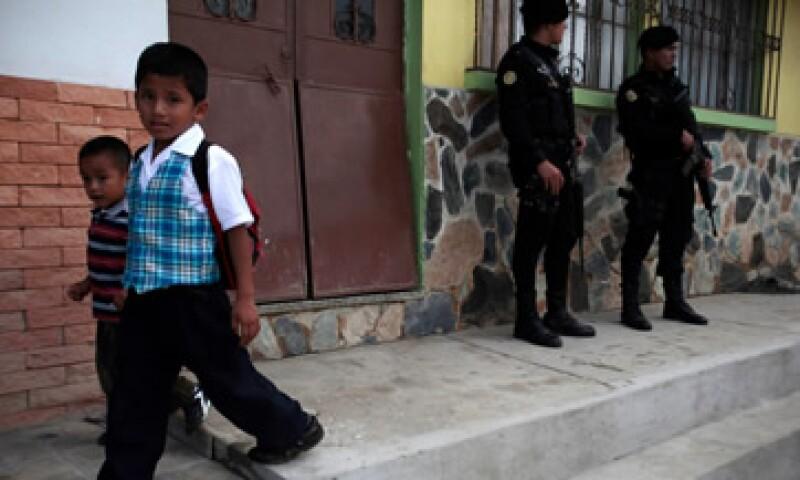 Los mexicanos se sienten con menos confianza al caminar solas por el rumbo donde viven entre las 16:00 y 19:00 horas. (Foto: Reuters)