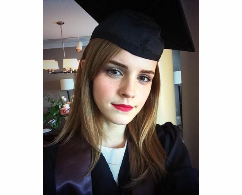Tras casi cinco años de carrera la guapa y exitosa actriz suma un título universitario a sus logros por la Universidad de Brown. Compartió su emoción en la red social con una fotografía.