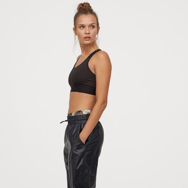 Estos pantalones deportivos los puedes usar encima de tus yoga pants para un after training outfit hm.com / Top: $349, pantalones: $449, tennis: $449