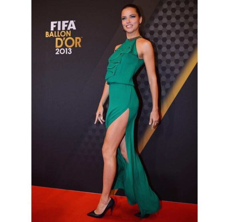La modelo asistió a la celebración de lo mejor de la FIFA en 2013 con este elegante atuendo.