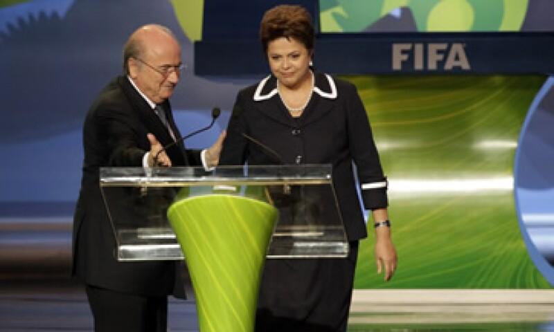 Dilma Rousseff (d) prevé reunirse con Joseph Blatter (i) este lunes en Bruselas y está lista para comprometerse con una serie de quejas de la FIFA, según el diario. (Foto: AP)