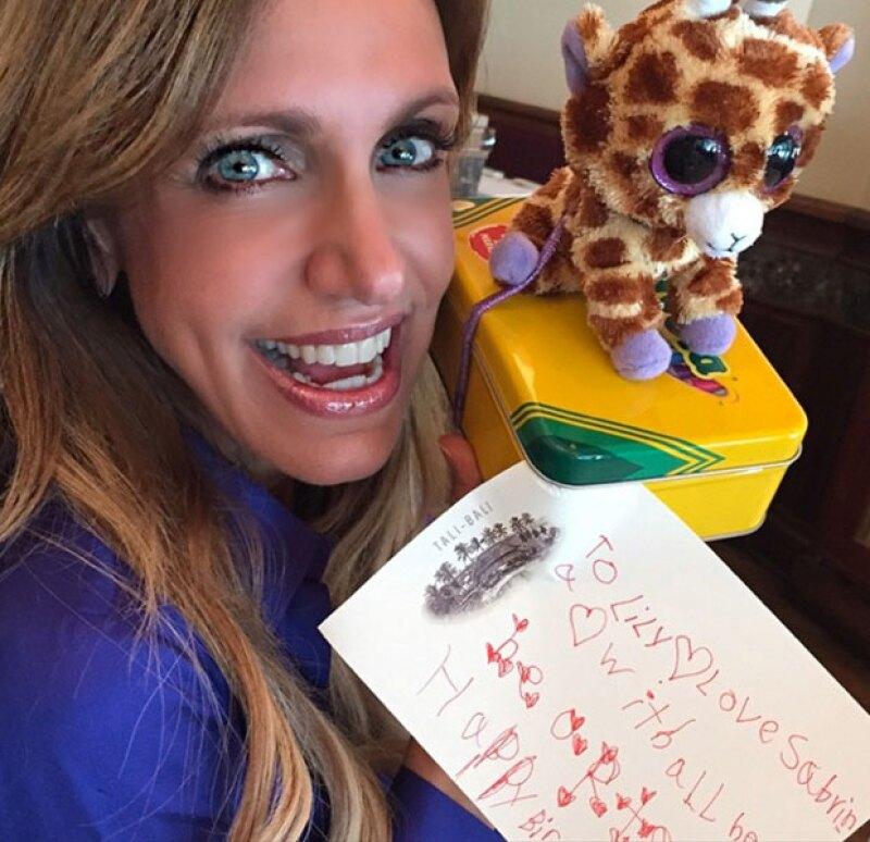 """""""La Flaca"""" recibió una carta de cumpleaños hecha por los hijos de Thalía, Matthew y Sabrina."""