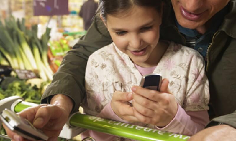 Se pueden realizar transacciones mediante un mensaje de texto a un teléfono celular. De esta forma, el usuario se evita papeleos y largas esperas. (Foto: Thinkstock)