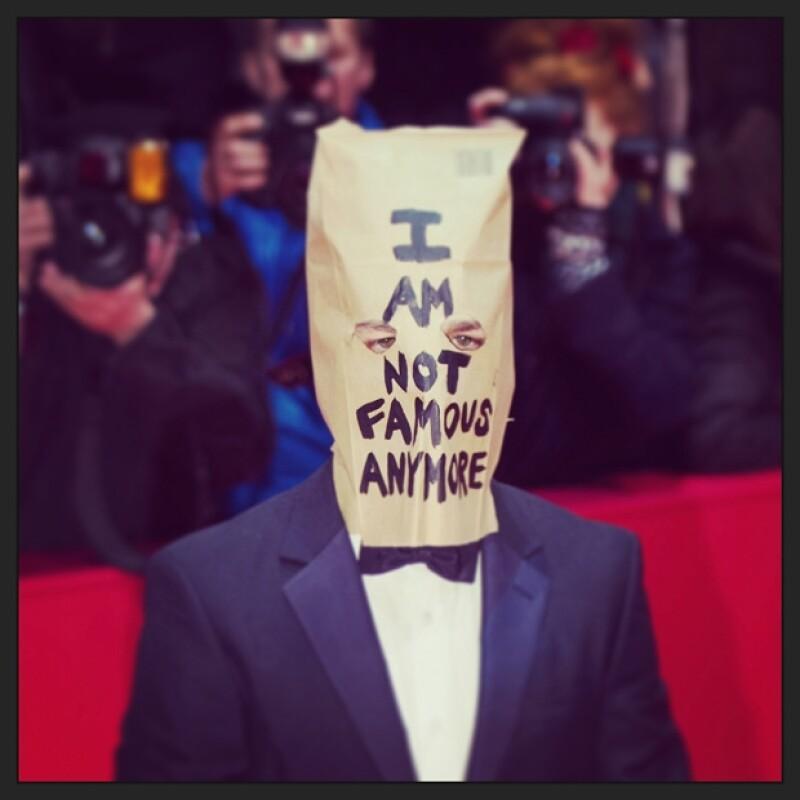 """El actor acudió al Festival de Cine de Berlín cubierto con una bolsa que decía """"Ya no soy famoso""""."""