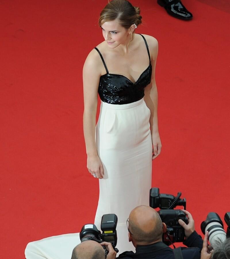 Los fotográfos asedieron a la actriz.