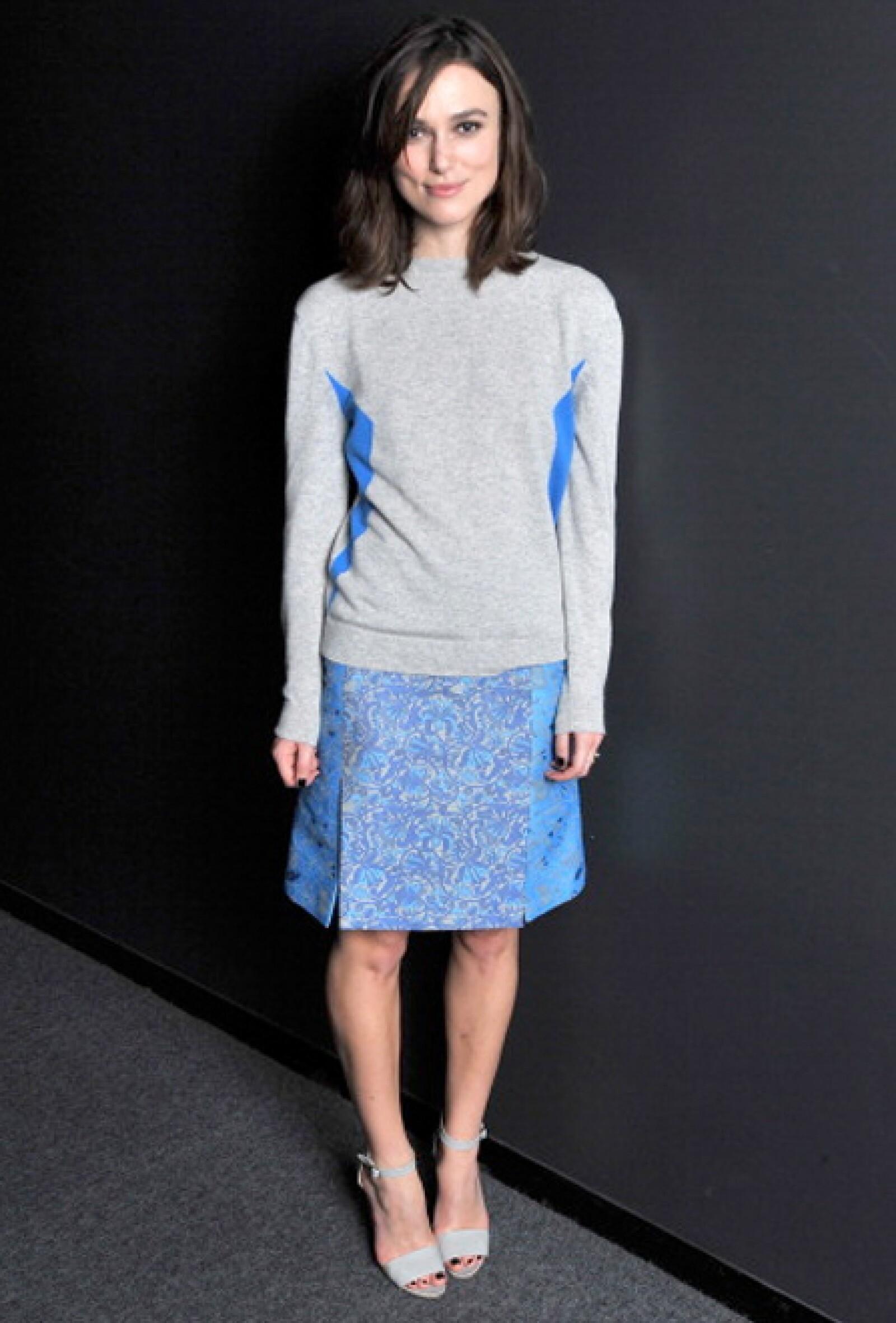 Keira Knightley en un conjunto azul con gris.