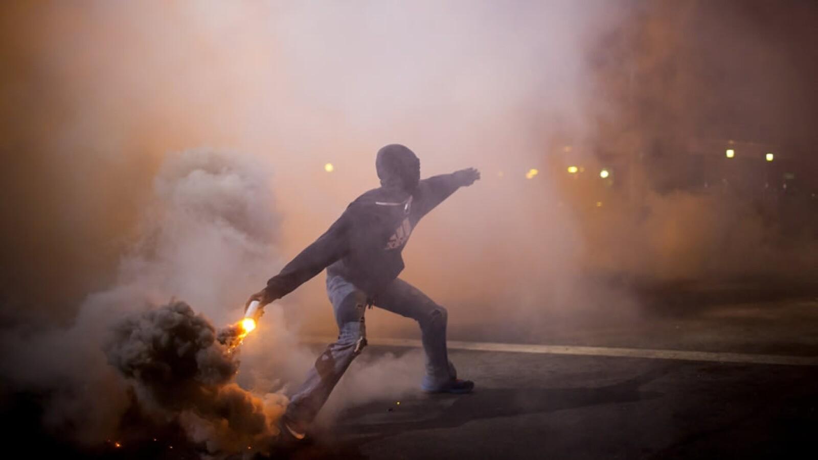 Algunos de los manifestantes lanzaron objetos explosivos contra las autoridades