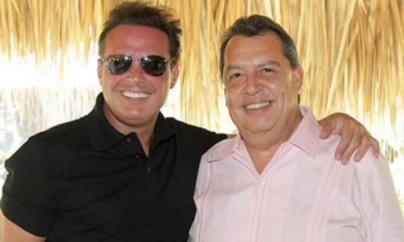 El gobernador –der- publicó una foto con el cantante –izq- en las redes sociales. (Foto: Tomada de facebook.com/angelaguirregro)