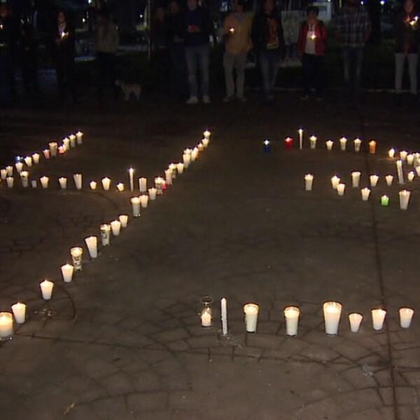 Decenas de personas prendieron veladoras al pie del Ángel de Independencia para exigir justicia por la desaparición de 43 normalistas