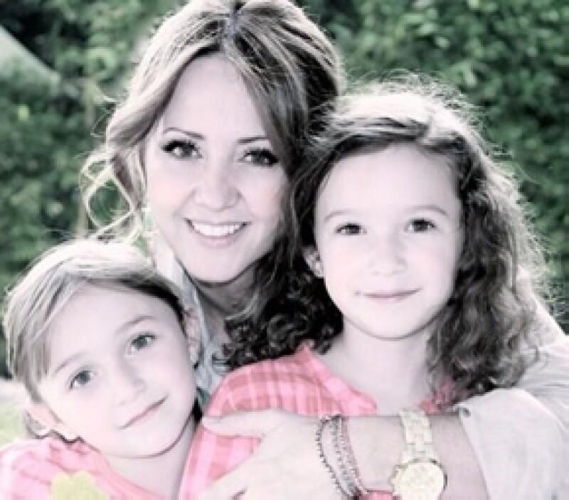 Andrea Legarreta compartio esta foto con sus hijas en mayo pasado para celebrar el Día de las Madres.