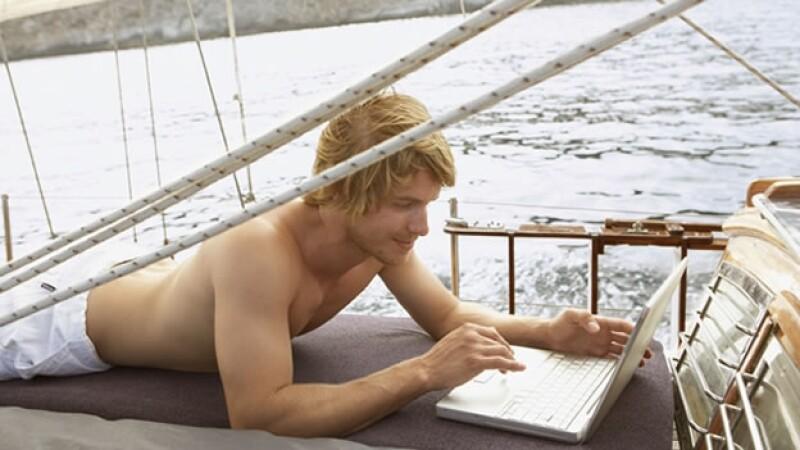 hombre computadora mar velero