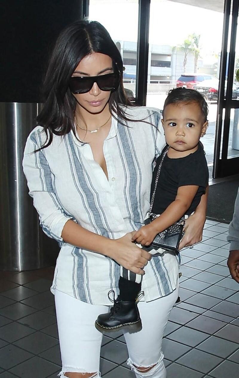 Aquí el 1 de septiembre con Kim. Se puede ver que la pequeña lleva una bolsa de YSL.