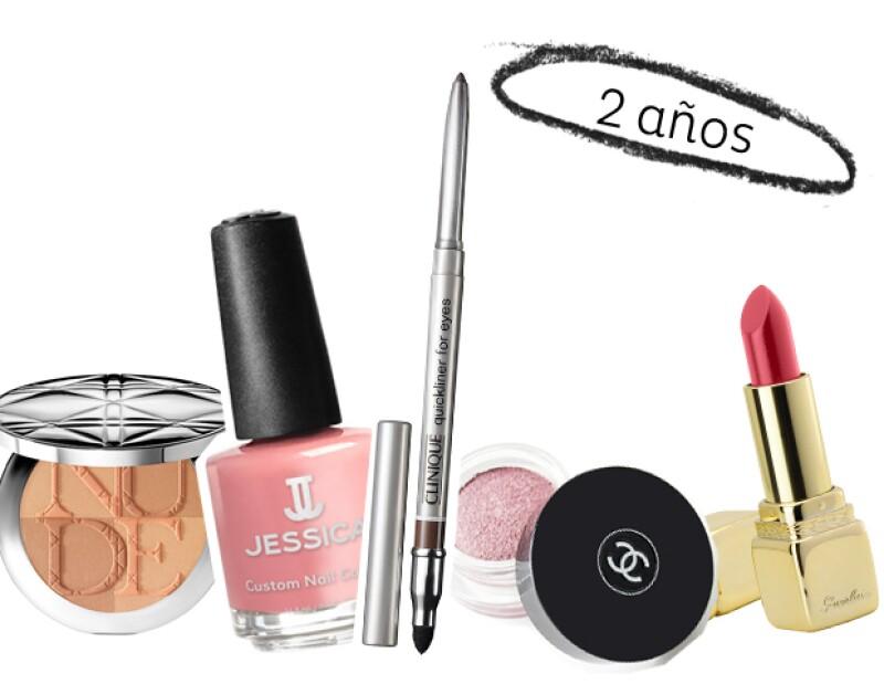 El delineador en lápiz, lipstick, barniz de uñas, el blush, las sombras de ojos en polvo y las bases en polvo, duran hasta 2 años.