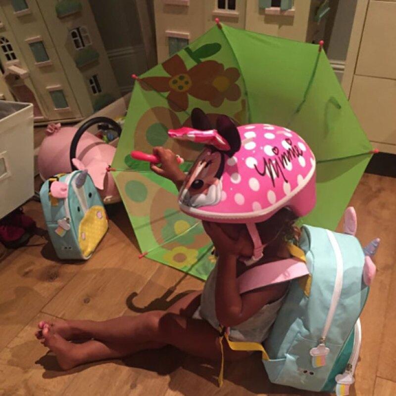 Atrás quedaron los días en los que sus papás dictaminaban su guardarropa, y es que la pequeña de dos años ya no deja que le digan cómo vestir.