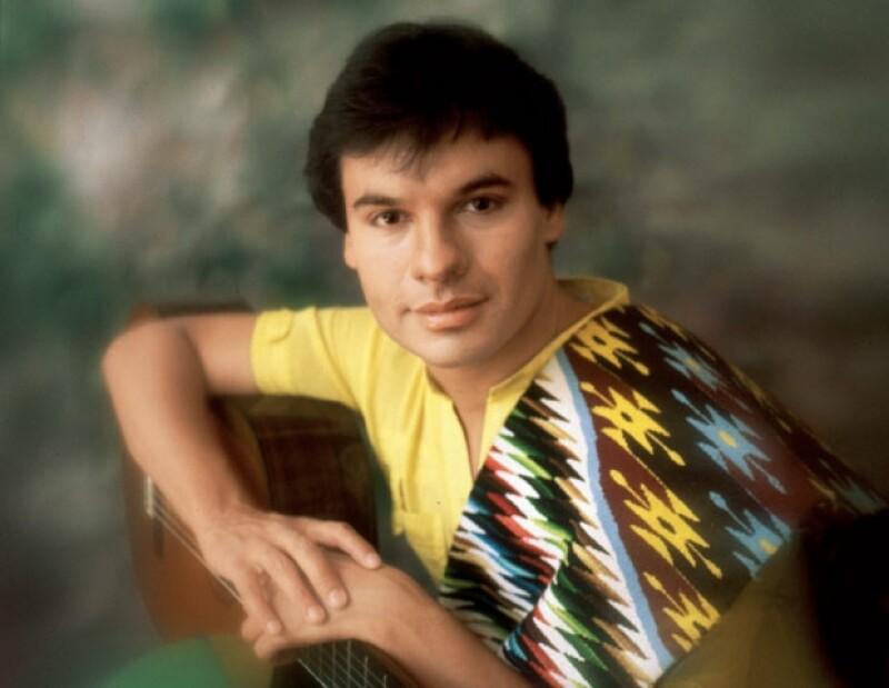 El buscador de talentos Raúl Loya apadrinó a Juan gabriel con el nombre artístico de Adán Luna. Así debutço en televisión en el programa Noches Rancheras en 1965.