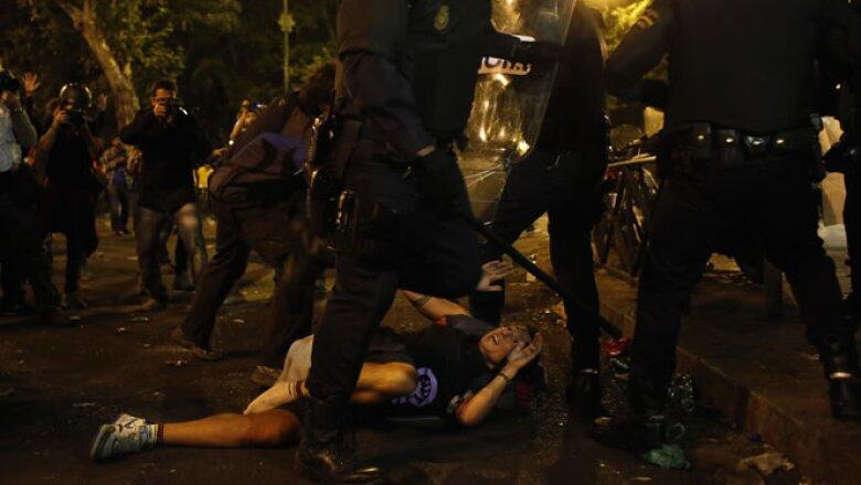 Manifestantes y policías se enfrentaron en las calles de Madrid en momentos en los que el Gobierno piensa anunciar nuevas medidas de austeridad.