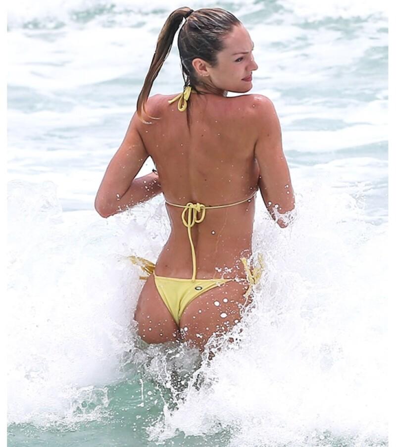 La modelo se robó la atención en la playa.