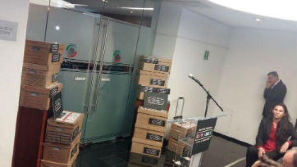 Ciudadanos entregan 291,000 firmas de Ley #3de3 (Foto: Roberto Cisneros )