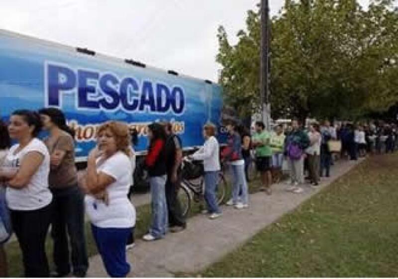 Los argentinos deben esperar horas para comprar pescado merluza a la mitad de su precio normal. (Foto: Reuters)