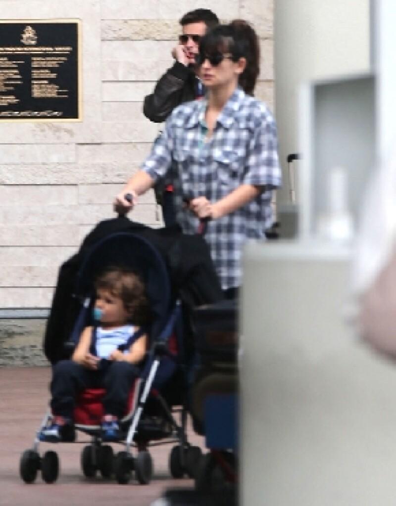 La actriz fue fotografiada en el aeropuerto de Las Bahamas, donde se dice está de vacaciones en compañía de su esposo.