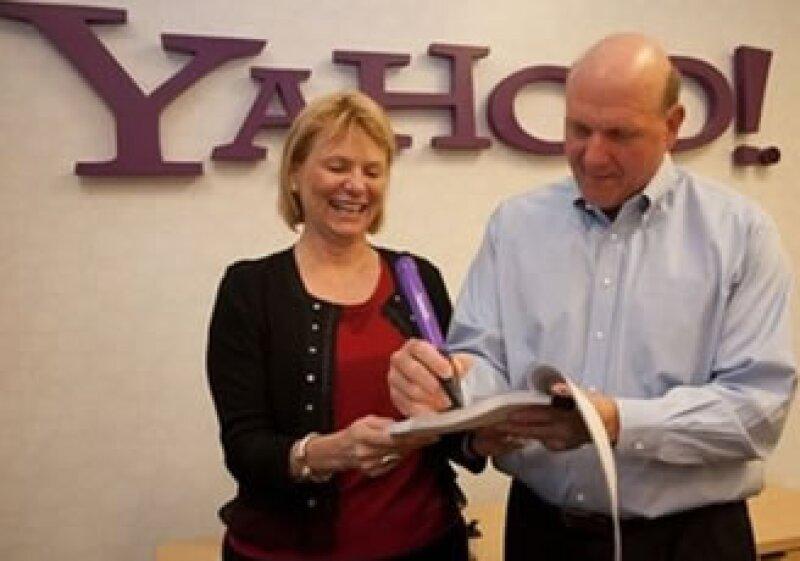 Carol Bartz y Steve Ballmer, presidentes de Yahoo y Microsoft, respectivamente, celebraron el acuerdo tecnológico entre ambas compañías. (Foto: Reuters)