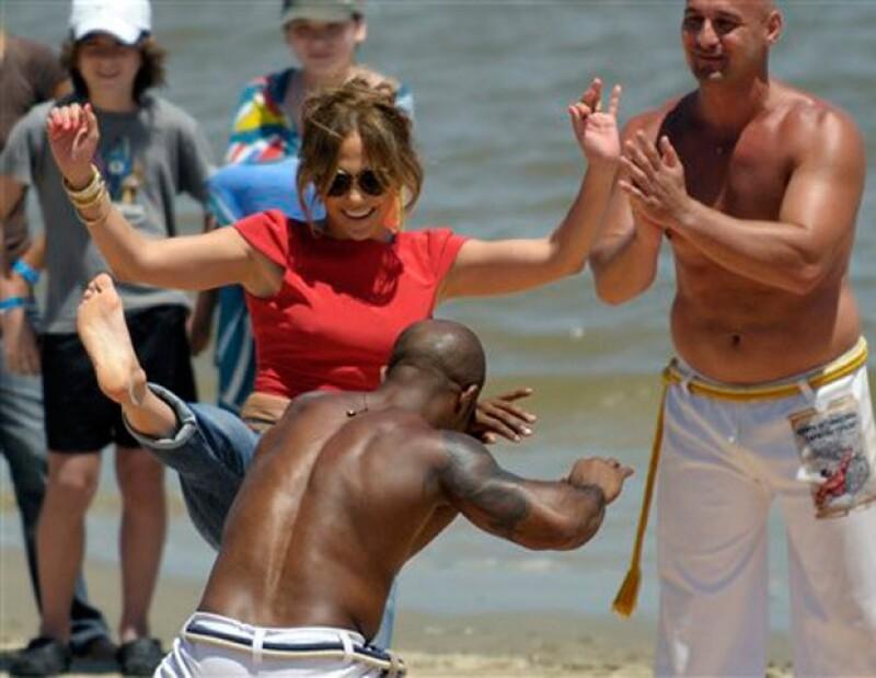 La Diva del Bronx sacó sus mejores pasos de capoeira durante una visita a Uruguay ya que se encuentra haciendo audiciones para su programa `Q' viva´.
