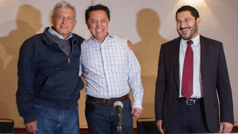 Andrés Manuel López Obrador (izquierda), Pablo Sandoval y Martí Batres en la presentación del precandidato al gobierno de Guerrero