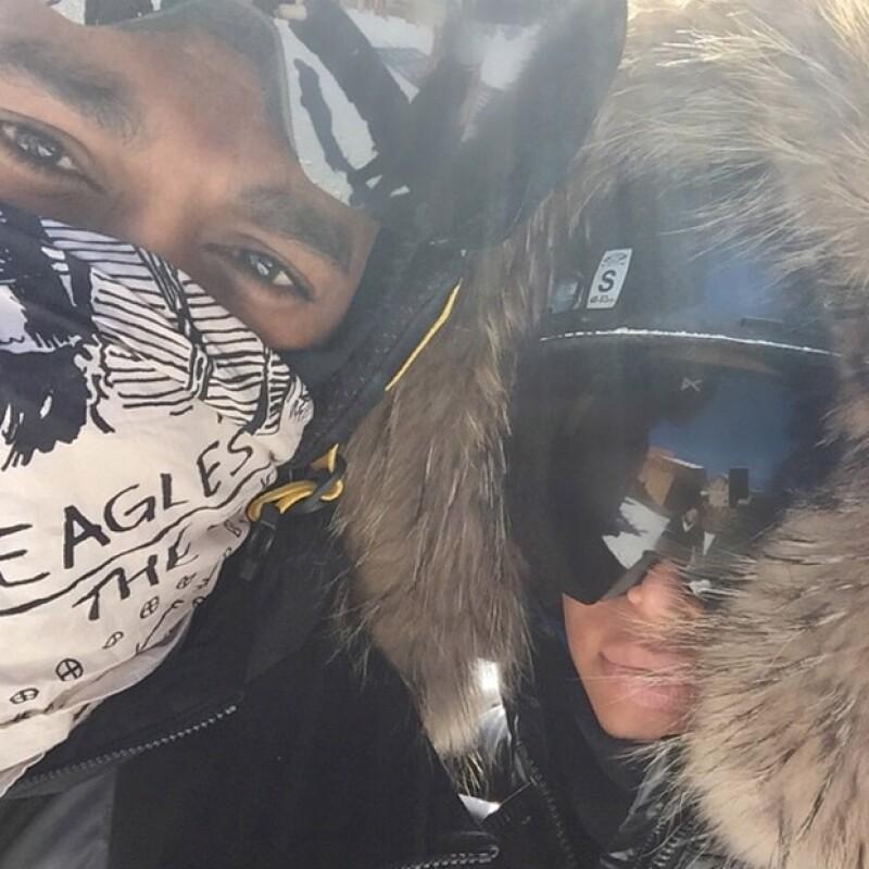 La tradicional selfie de Kim no podía faltar y en este caso su esposo Kanye accedió a tomársela con ella.