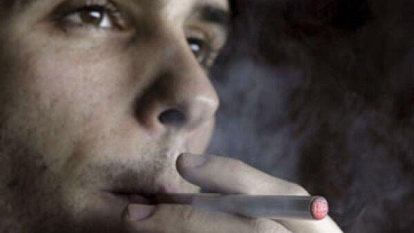 Según un estudio de PHE, dos tercios de las personas que usan el cigarro electrónico dejan de fumar. (Foto: EFE)