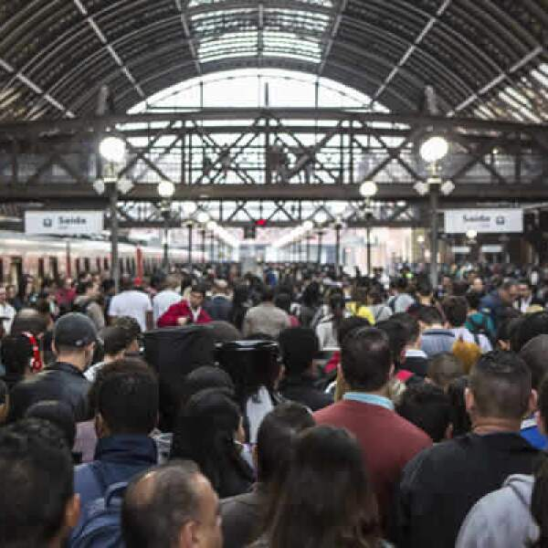 Cientos de personas abarrotaban los andenes del Metro de Sao Paulo por segunda ocasión el viernes ante el paro de trabajadores.