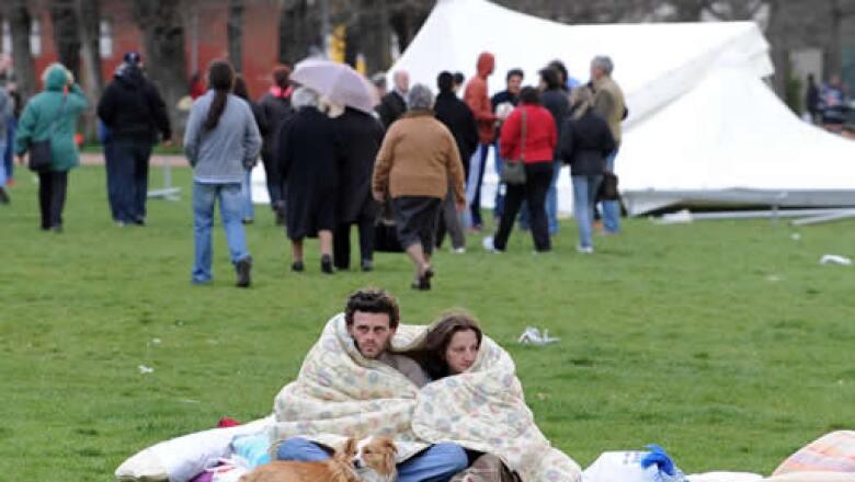 Miles de personas se refugiaron en sus vehículos o en tiendas de campaña ante el temor de posibles réplicas.